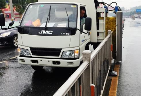 江铃城市隔离护栏清洗车视频